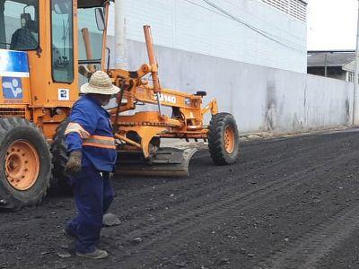 Prefeitura executa manutenção qualificada em rua da Vila Barros