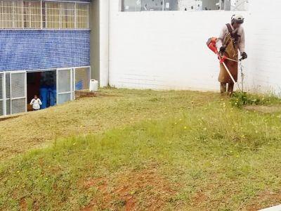 Escolas Municipais recebem equipes de roçagem nesta terça-feira