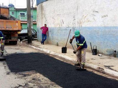 Equipes de tapa-buracos realizam manutenções em ruas e avenidas da cidade nesta sexta-feira