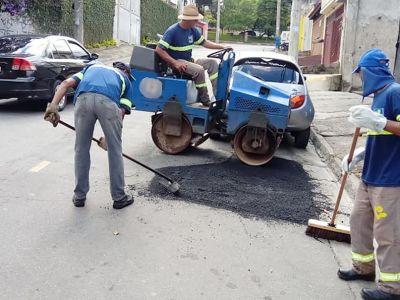 Equipes do tapa-buracos executam manutenções em diversos bairros nesta terça-feira