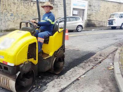 Prefeitura atende demandas da população e executa manutenções do tapa-buracos em diversos bairros