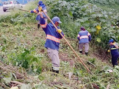 Equipe realiza roçagem em margens de vala de drenagem no Jardim Presidente Dutra