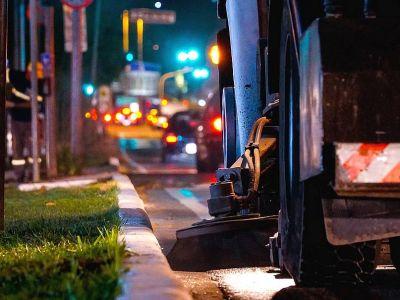 Limpeza de avenidas é feita no período noturno pelo caminhão varredeira